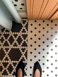 "¿🖤SOPRANO o 🤍DOTS? Teselas hexagonales en BLANCO y NEGRO #ArtFactoryHisbalit 🎹 ""CECI N'EST PAS UNE SALLE DE MUSIQUE""  Espacio @GrupoImpar en #CasaDecor2021 ¡ÚLTIMOS DÍAS ! Mosaic Floors, Flooring, Rugs, Home Decor, Mosaics, Space, Black And White, Music, Farmhouse Rugs"