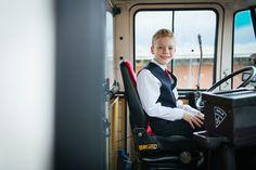 Der kleine Bruder der Braut war stolz am Steuer des coolen alten HVV Busses zu sitzen. Dieses Auto war ein Highlight auf der Hochzeit von Miriam und Tobias im Süden Hamburgs.