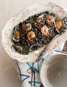 Receta Arroz Negro Español con Mariscos: No solo es este un plato que se ve espectacular, cargado de mariscos y fuerte sabor marino, también sabe a gloria.