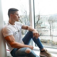 Casual outfit with ripped jeans, muscular body and a nice face - the perfect composition for ravishing male photographs /// Zerfetzte Jeans, Ripped Jeans, Look Fashion, Mens Fashion, Fashion Tips, Casual Wear For Men, Beautiful Men Faces, How To Look Skinnier, Elegant Man