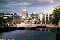 """El río Liffey a su paso por Dublín. Al fondo la cúpula del edificio de la Aduana o """"Custom House""""."""