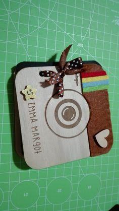 laser cut - mini album foto personalizzati con decorazioni in feltro e incisione del nome. all'interno ci sono dei cartoncini per applicare foto e decorazioni. personalizzato e realizzato da seregraphics