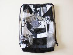 Sac à dos à coulisse patchwork noir et blanc, sac tissu, sac fourre-tout, sac enfant, sac écologique, poche, pochon de rangement, mylmelo de la boutique mylmelo sur Etsy