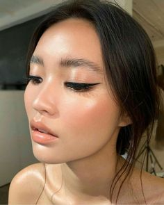 Natural and polished. Glowing natural makeup inspiration ideas looks. Hair and makeup inspiration ideas. up eyeliner Best Gel Eyeliner, Perfect Winged Eyeliner, Winged Liner, Eyeliner Hacks, Eyeliner Styles, Eye Liner, How To Eyeliner, Natural Eyeliner, Makeup Hacks