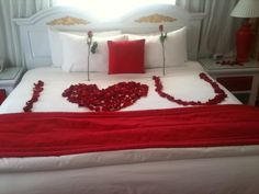 So want this on Valentine's day it's beautiful <3 love the 2 single roses on the pillows too!