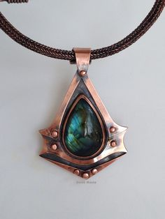 Assassin's Creed Syndicate logo pendant on Viking chain. Copper and labradorite. Soldering Jewelry, Brass Jewelry, Stone Jewelry, Jewelery, Jewelry Necklaces, Assassin's Creed Necklace, Copper Necklace, Pendant Necklace, Fashion Accessories