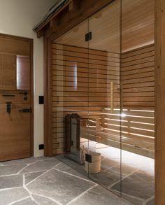Die Bruchrohe Bearbeitung Des Hellas Quarzit Für Dieses Naturstein  Badezimmer In Einem Chalet In Den Schweizer Alpen Hat Die Bauherrschaft  Sofort überzeugt.