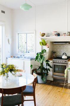 53 Home Decor Shelves To Copy Today - Interior Design Fans - My best decoration list Kitchen Interior, Kitchen Design, Kitchen Decor, Cosy Kitchen, Round Kitchen, Life Kitchen, Kitchen Oven, Eclectic Kitchen, Family Kitchen