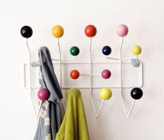Cabideiro Hang It All, 1953   Também chamado de Cabideiro Eames ou Cabideiro Bolinha, foi inspirado em modelos de moléculas ou átomos, uma química perfeita que incrivelmente ele foi criado a mais 60 anos e é um peça moderna até hoje é um curinga, um objeto de desejo de qualquer estilo de decoração.