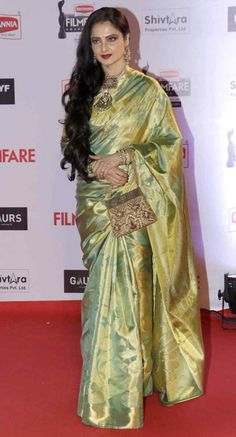 Bollywood Actresses Rekha defining the maximalist fashion through her statement Kanjeevaram and Banarasi Sari Style in events like IIFA awards and Deepika's Wedding. Bollywood Designer Sarees, Bollywood Saree, Indian Silk Sarees, Pure Silk Sarees, Bollywood Actress Hot, Bollywood Celebrities, Rekha Saree, Rekha Actress, Silk Saree Kanchipuram