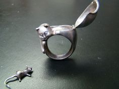 Probablemente el anillo más Cool Cat en la historia de este o cualquier otro universo. Es la personificación absoluta de carácter y encanto. Este anillo de plata esterlina veneno se abre para revelar un adorable Ratoncito. Hablar de un Gato gordo, ahora sabemos por qué! El anillo de gato pesa un muy impresionante 13,5 gramos, tiene diamantes genuinos en los ojos y se acaba en una hermosa pátina antigua. Un final pulido es opcional.