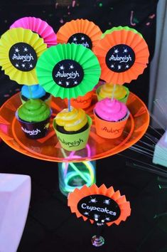 Want to make a joyful and colorful neon party? So, check out several tips and great ideas to decorate your event. Be inspired by our gallery! Neon Birthday, Birthday Parties, Neon Cupcakes, Glow In Dark Party, Rock Star Party, Sleepover Party, Sleepover Activities, Neon Party, Neon Glow