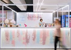 LYSIUK architects have designed Bubble Bar, a small cafeteria-like dessert bar that specializes in waffles, ice-cream, and candyfloss. Kiosk Design, Booth Design, Retail Design, Store Design, Design Bar Restaurant, Deco Restaurant, Restaurant Themes, Cafe Interior Design, Cafe Design