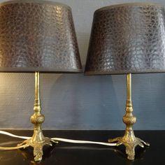 Twee bronzen schemerlampjes met ovale bruine kapjes