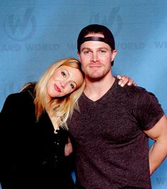 Katie Cassidy and Stephen Amell at Wizard World Philadelphia. Oliver Queen Arrow, Oliver And Laurel, Arrow Tv Series, Dinah Laurel Lance, Stephen Amell Arrow, Arrow Cast, Lance Black, Team Arrow, The Avengers