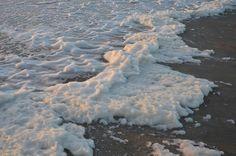 Waarom liggen de stranden na een storm vaak vol met een schuimlaag? http://ophetstrand.com/weetjes/hoe-komt-er-schuim-op-het-strand/…  #storm #ophetstrand #dtv