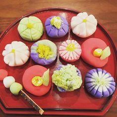 【soramirai】さんのInstagramをピンしています。 《お正月に和菓子を作りたいと本を持って帰ってきた長女ちゃん‼️ 練り切りに初挑戦✨ なかなか楽しかったぞっ🎵  美味しくできたかなぁ〜😋 #和菓子#練り切り#japanesefood #あんこ#子供 #桜 #椿 #三色団子 #子供#お正月 #粘土みたいに楽しくこねこね #思ってた以上に難しかったみたい #楽しかったらええじゃないか #おやつ#sweets#instafood#food #クッキングラム#手作り#handmade#homemade #京都#kyoto#japan》