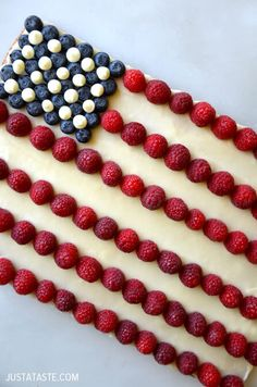 Celebrate the Stars and Stripes with a festive American flag cookie cake starring buttery shortbread topped with cream cheese frosting and fresh berries. Brownie Desserts, Oreo Dessert, Mini Desserts, Coconut Dessert, Blue Desserts, Dessert Recipes, American Flag Cookies, American Flag Cake, Holiday Treats