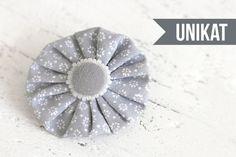 Ansteckbroschen - Rosette Brosche hellgrau mit weißen Perlen UNIKAT - ein Designerstück von snuggles-cottage bei DaWanda