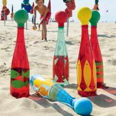 Giochi da spiaggia: birilli fai da te   Siete a corto di idee per intrattenere i vostri bimbi in spiaggia? Ricorrete ad un intramontabile: i birilli. Meglio ancora se creati con il fai da te ed utilizzando materiale di scarto.  Procuratevi delle bottiglie di plastica (in questo caso sono colorate).  Decoratele dipingendo sopra simpatiche sagome di pesce usando stencil di cartoncino o carta adesiva colorata.  Riempite le bottiglie con un po di sabbia che servirà da zavorra e completate lopera…