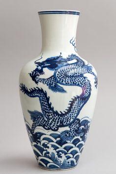 VASE en porcelaine décoré en bleu cobalt sous couverte d'un dragon flottant au dessus de l'océan bouillonnant.