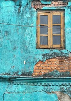 Turquoise window Galle, Sri Lanka - I think I want a wall in our new appartment to be this colour. And then hang it with pictures und photographs. Murs Turquoise, Turquoise Walls, Shades Of Turquoise, Turquoise Color, Shades Of Blue, Teal, Turquoise Furniture, Turquoise Painting, Green Aqua