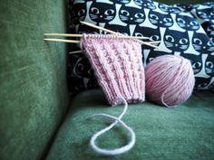 Tästä jutusta löydät erilaisia ohjeita, joilla voit muunnella tavallista joustinneuletta suljettuna neuleena. Joustimet sopivat esimerkiksi villasukan varteen. Kaikki neule-esimerkit on neulottu samalla langalla ja samoilla puikoilla, jotta niitä on helppo vertailla keskenään. Wool Socks, Knitting Socks, Baby Knitting Patterns, Handicraft, Ravelry, Knit Crochet, Diy And Crafts, Hair Accessories, Sewing