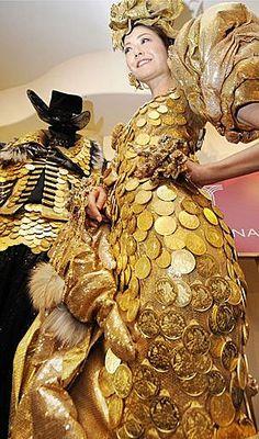 Tyto šaty zdobí 325 mincí Wiener Philharmoniker. K vidění byly na módní přehlídce zlatnictví Tanaka Kikinzoku v Tokyu 14.2.2008. Cena tohoto modelu je 265,000 USD. Jeho váha pak přesahuje 10 Kg.