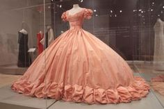 A 1966 costume ball gown worn by Grace Kelly on display at James A. Michener Art Museum in Doylestown, Pa. exhibit From Philadelphia to Monaco: Grace Kelly - Beyond the Icon runs through Jan. (Staff Photo by Tim Hawk/South Jersey Times) Old Fashion Dresses, Old Dresses, Pretty Dresses, Vintage Gowns, Vintage Outfits, Robes Disney, Princesa Grace Kelly, Victorian Fashion, Vintage Fashion