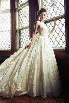 「Queen of Heart」を代表するビックシルエットのウエディングドレス。ふんわりと風を受けてバルーンのように広がるトレーンが印象的。やわらかい素材と豪華なバックスタイルが凛とした花嫁姿を叶えます。