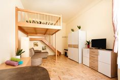 Lejlighed i Budapest, Ungarn. Fully furnished central studio flat in the heart of the Bar district, despite that the apt is very quite! Towels&bedding and a fully furnished kitchen and bathroom can make your stay more pleasing, the Wifi is fast. 3-5 min walk places and bars:  ...