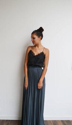 Maxi jupe longue bohème gris foncé taille haute plissée, jupe longue grise, jupe longue mariage, jupe longue tendance été ou hiver. Look bohème