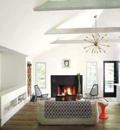 Białe ściany, stare drewno i dodatek koloru czarnego - przepis na aranżację wnętrza kojącego zmysły. Mat. prasowe: Benjamin Moore