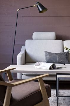 Denne lekre stuen er malt i en brunlig farge fra Fargerike, Stellenbush FR1138, en dyp og brunlig lød, en farge som setter sansene våre tilbake til 70 tallet og folkloristiske kulører. Få mer inspirasjon til farger til stuen på våre nettsider. #stue#sofa#grå#brunlig#inspirasjon#inspiration#dempet#mørk#lilla#grey#stol#farger#maling#stålampe#pute#livingroom#rustikk#Fargerike Ikea, Rome, Ikea Co