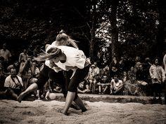 #Bretagne #Finistere #BZH #gouren - tradition de lutte bretonne à Saint-Cadou prés de l'Odet. © Paul Kerrien -