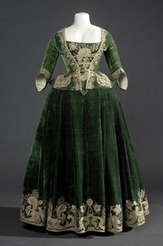 "Silk velvet bodice/jacket and ""petticoat"" ca. 1718. From the Museu del Disseny"
