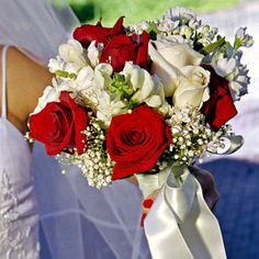 Mariage en fleurs : 60 bouquets de fleurs pour une future mariée Wedding Bouquets, Wedding Flowers, Red Wedding, Floral Arrangements, Marie, Red And White, Table Decorations, Princess, Christmas
