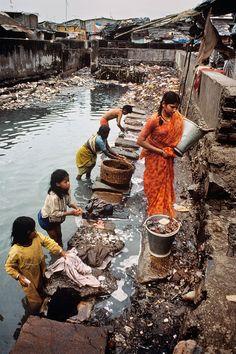 Outsiders, India by Steve McCurry Photography Women, Street Photography, Poverty Photography, Steve Mccurry Photos, People Around The World, Around The Worlds, Mundo Cruel, Amazing India, Slums