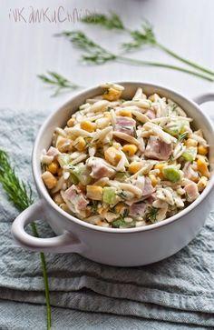 Ivka w kuchni: Sałatka z makaronem ryżowym, świeżym ogórkiem, kukurydzą, szynką i koperkiem