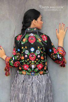 Gypsy Style, Boho Gypsy, Denim Jacket Embroidery, Mexico Fashion, Amarillis, Mexico Style, Stylish Jackets, Embroidery Fashion, Blouse And Skirt