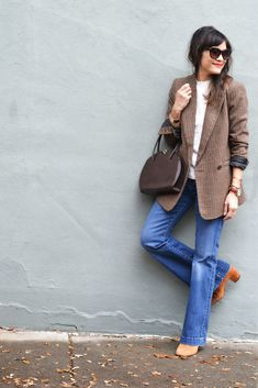 5 Tops You Can Style With Your Plaid Blazer. How to wear a plaid blazer. French Style Plaid Blazer with Flare Jeans. Office Outfits, Work Outfits, Winter Style, Autumn Winter Fashion, Summer Jumpers, Plaid Fashion, Plaid Design, Plaid Blazer, French Style