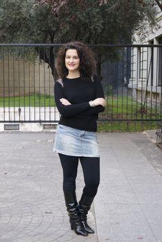 Look para el día.  Falda vaquera y jersey negro.