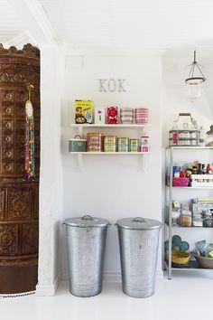 Keittiön kaapit on teetetty mittojen mukaan puusepällä. Kaappien ovet on tarkoitus maalata lähitulevaisuudessa jollakin toisella sävyllä. Sirot kattolamput ovat House Doctorin.