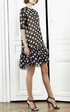 Go for a relaxed casual outfit in a black and white polka dot shift dress. On the footwear front, this getup pairs perfectly with black leather heeled sandals. Look Fashion, Fashion Show, Fashion Design, Fashion Black, Classy Fashion, Fashion 2016, Fashion Heels, Fashion Vintage, Trendy Fashion