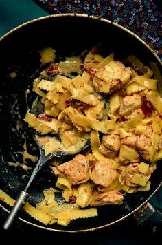 I adore cinnamon- subiektywny blog kulinarny o zapachu cynamonu: Kurczak z suszonymi pomidorami i makaronem w kremowym sosie z mozzarelli