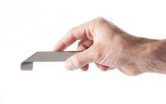 Le décapsuleur RUBAN est fait à partir d'une bande d'inox qui est déformée. Le design géométrique de l'objet apporte tant esthétisme que fonctionnalité et confort d'usage. Poli sur le dessus et grenaillé en dessous pour apporter un touche plus chaude et u…