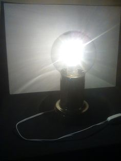 Lampara, con globo de cristal como pantalla. base y soporte de metal. Por Mauricio R.R. 5  de julio de 2015.