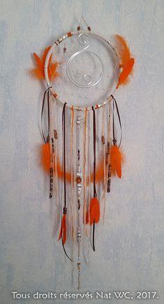 Attrape-Reve-Orange_entier_opt / Attrape-rêve « Orange » Réalisation [ Fait-Main ] avec des fils de coton, des fils d'aluminium, des perles, des plumes, des billes Galaxie (années 80 ^^).