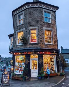 "Scrivener's Bookshop, Buxton in Derbyshire📚📖 ""Ranked as one of the Gua… Livraria Lello Porto, The Places Youll Go, Places To Go, Autumn Cozy, Shop Fronts, Peak District, Derbyshire, Toscana, Book Nooks"