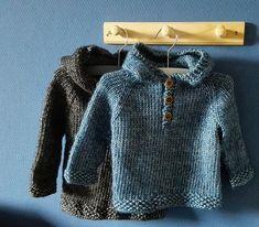 Sød trøje til de små, str. 4-12 mdr. Der er raglanærmer og en hætte, og den er hurtig og nem. Her i bomuld med akryl, men ren bomuld eller uld kan bruges. Pinde 5. Læs mere ...